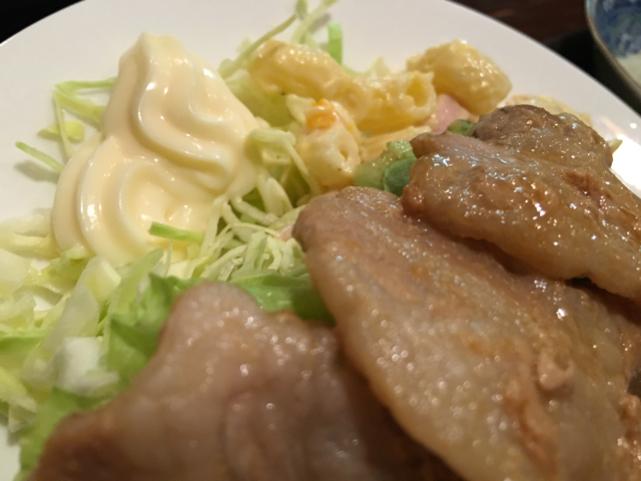 キャベツとマカロニサラダと肉