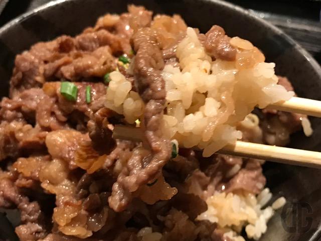 神楽坂 焼肉家 KAZU でボリュームタップリの肉丼をいただく!タレの旨味と肉の柔らかさがヤバい♪