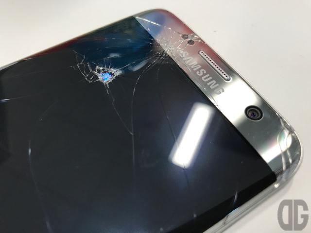 【悲報】Galaxy S7 edge の液晶に穴が空いた…