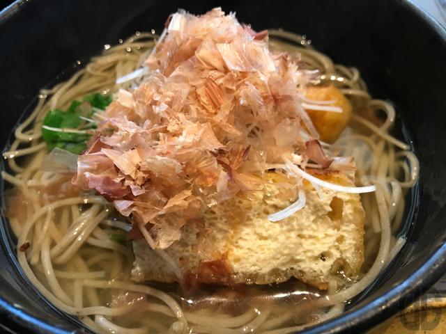 神楽坂 九頭竜蕎麦 で、えっ!?これがきつね蕎麦のきつね!?と驚く
