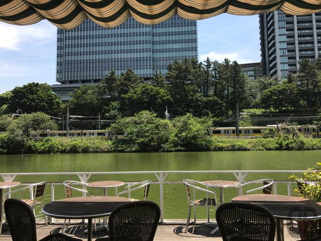 飯田橋 CANAL CAFE(カナル カフェ)。青空の下、東京で最古のボート場でのんびりとランチを楽しむ。