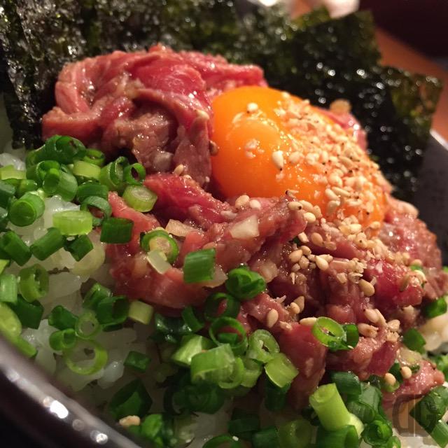 焼肉家KAZU(飯田橋)で一番人気のローストビーフ丼をいただく