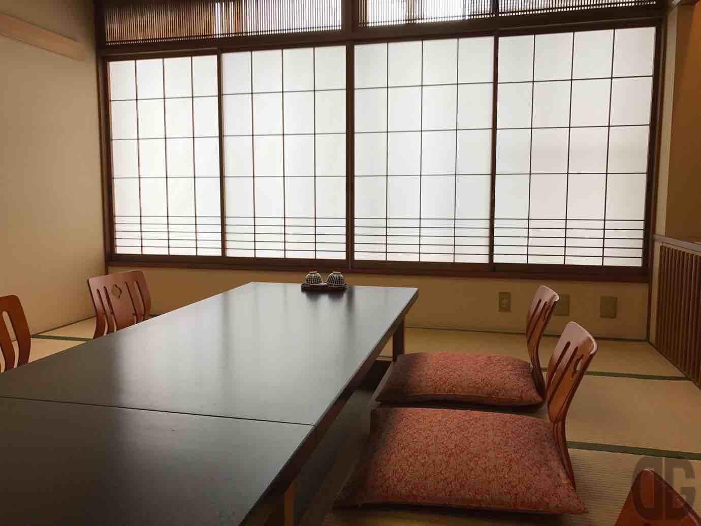 神楽坂割烹加賀でゆったりとした個室で日替り御膳の地鶏のおろしポン酢をいただく