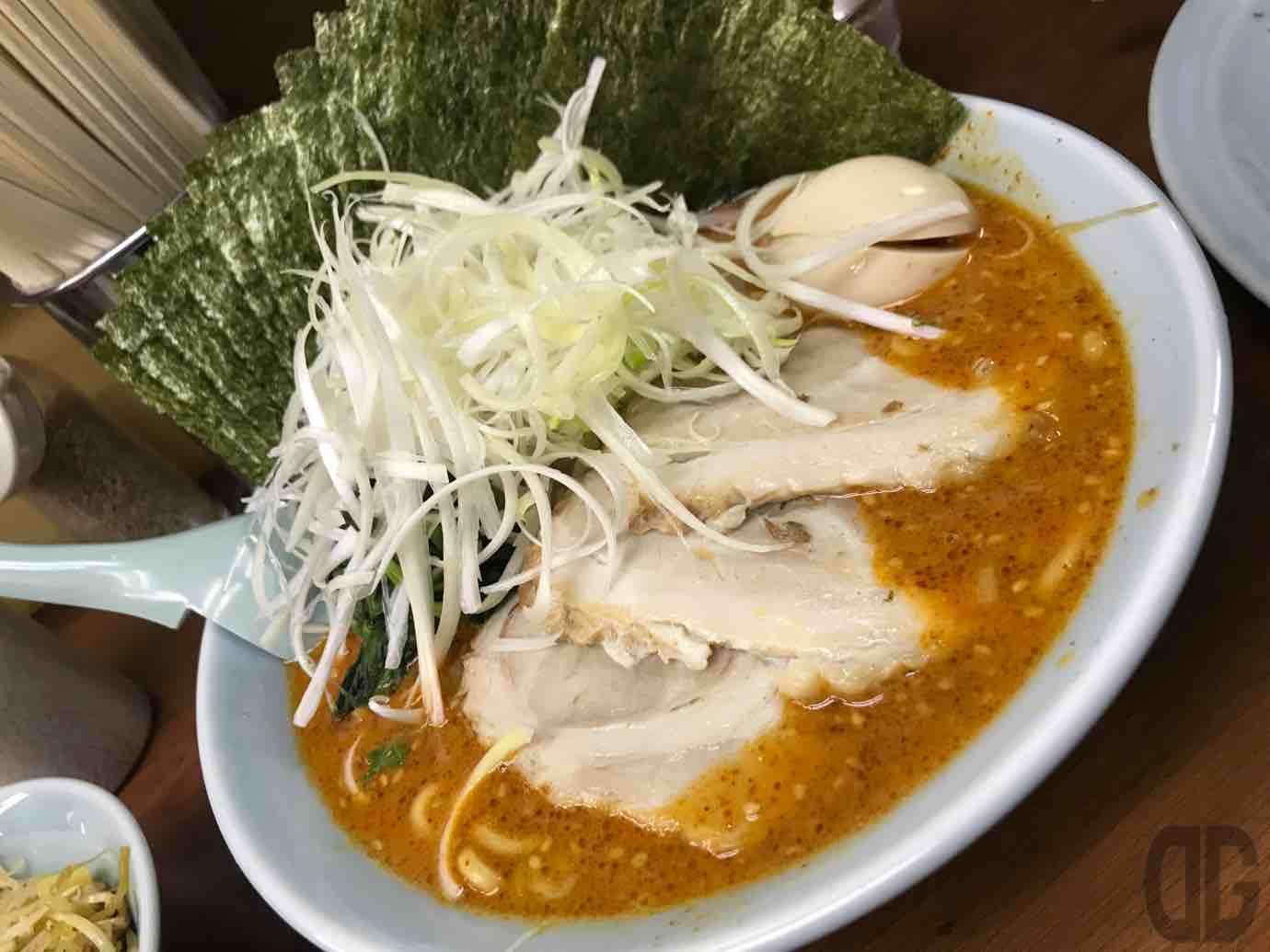 ラーメン三國家(関内)で、カラダに悪いと思いながらも、ドラゴンラーメンの5辛、ミニネギチャーシュー丼、餃子を食べる