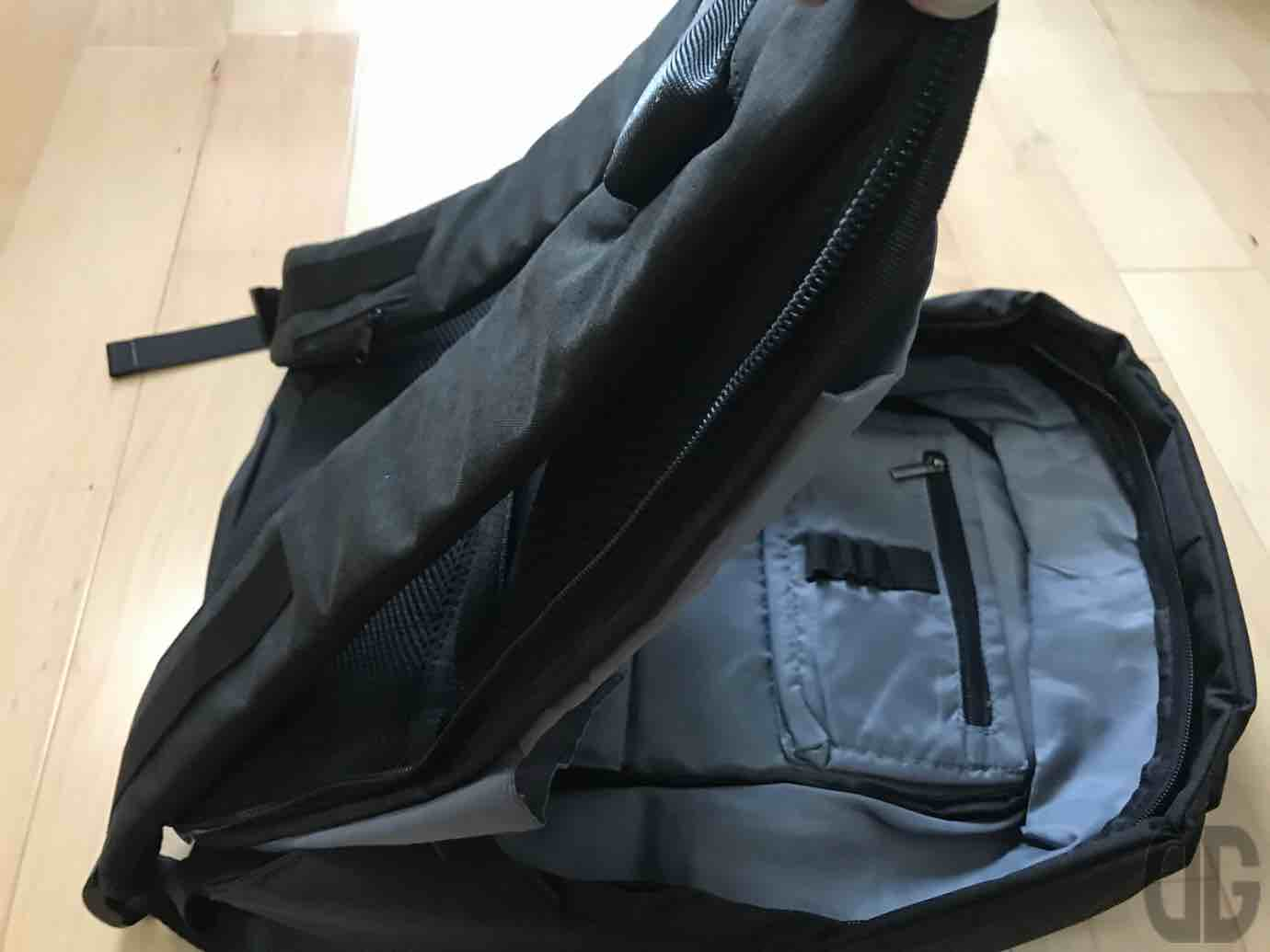 Giz Modernのリュック The Most Functional Backpack for Commuters を買ってみた!ガジェッターには嬉しい小物入れがたくさん!!