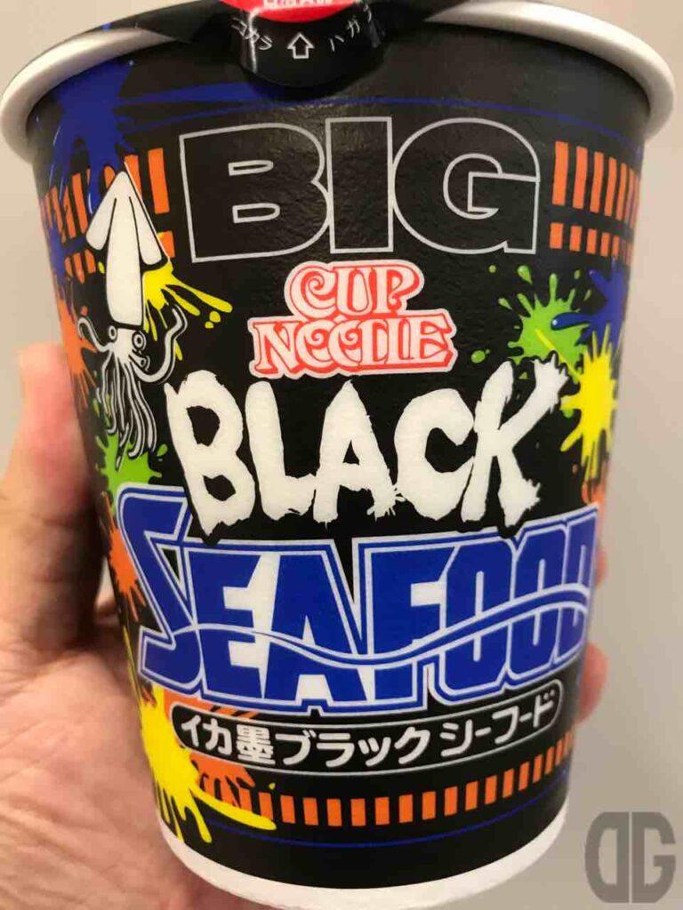 日清 カップヌードル イカ墨ブラックシーフード ビッグのスープはホントに真っ黒!食べて大丈夫?もちろん♪