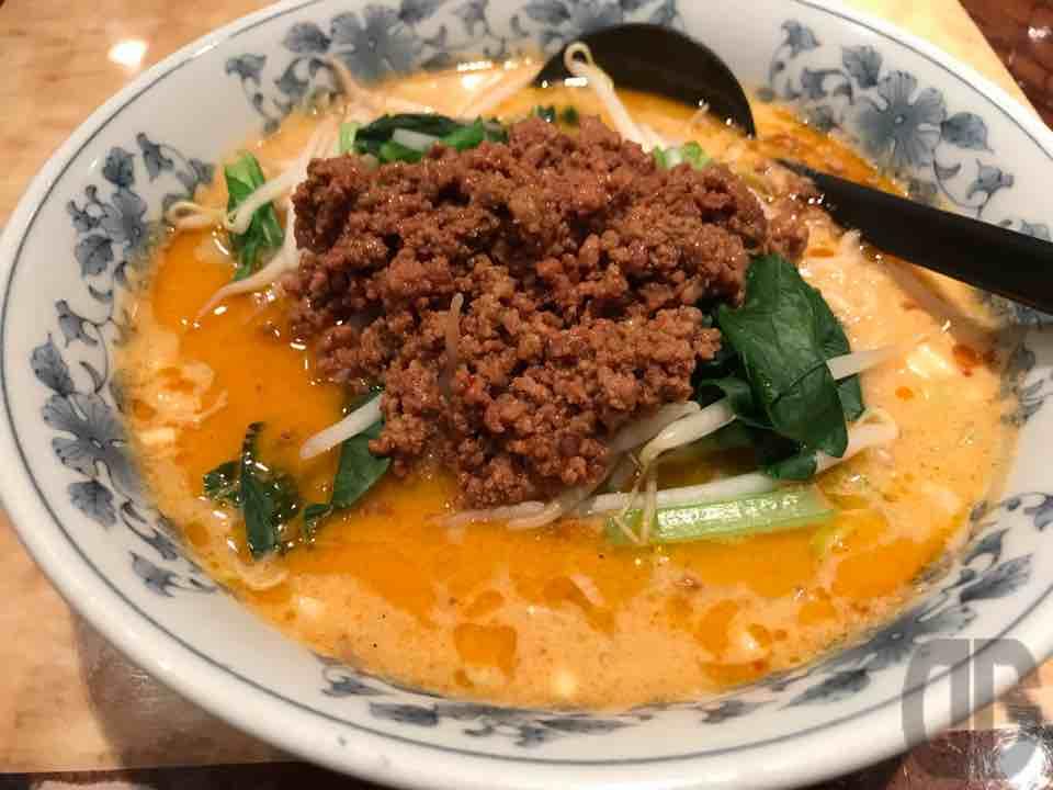 中国料理 曹曹(西新宿)で中国語飛び交う中、担々麺をいただく。マイルドな辛さで安心して食べられる