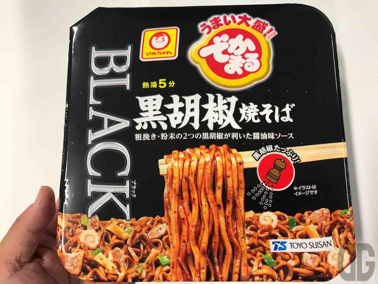 マルちゃんでかまる黒胡椒焼きそば。そのパッケージに引かれて購入。トウガラシとは違うコショウ辛さもまたイイ!!