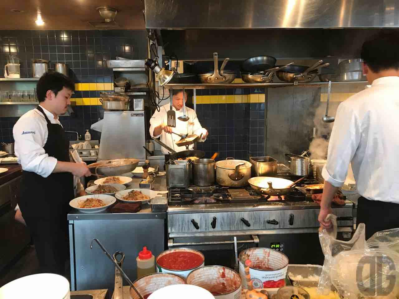 トラットリア・アズーリ(神楽坂)のランチはやっぱりおトク!猪肉とパプリカのトマトラグーソーススパゲッティの大盛りをいただいてきた。スープとパンがついて900円!