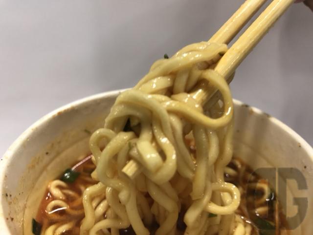 ローソン限定。卍力(マンリキ)スパイス・ラー麺(エースコック)は、太めの麺とスパイシーなカレースープが絡んでおいしい♪