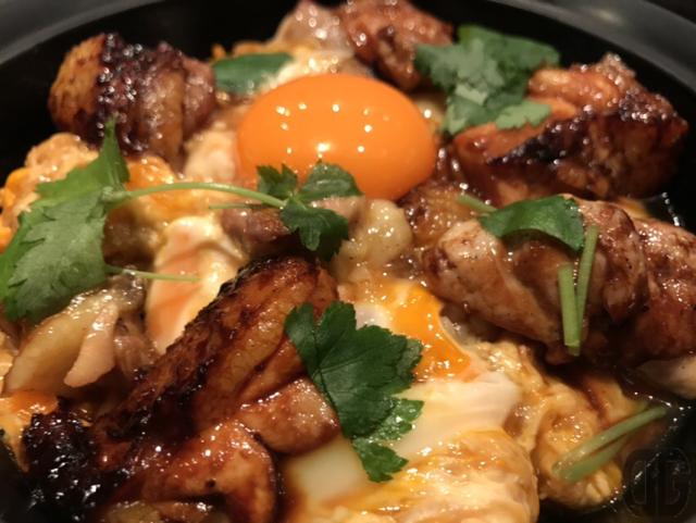本家あべや(神楽坂)で比内地鶏極上親子丼をいただく。炭火で炙られた比内地鶏の香ばしさと旨さにノックアウト