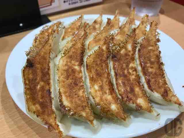 石松JR浜松駅店は駅ビルにある浜松餃子の有名店。お店の餃子のタレもいいけど、酢コショウで食べてみて!!