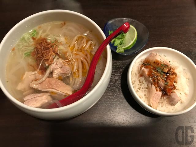 オリエンタルバル ボノボ(飯田橋)のベトナムフォーとミニ海南鶏飯のセットは超ボリュームたっぷり。大食漢な人でも大満足。もちろん味もグー♪