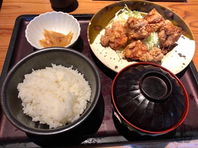博多もつ鍋やまや飯田橋サクラテラス店で定番の鶏の唐揚げ明太風味定食をいただきました。2017年10月1日から1,100円になったのでちょっとだけ注意を。でも、それだけの価値はあります♪