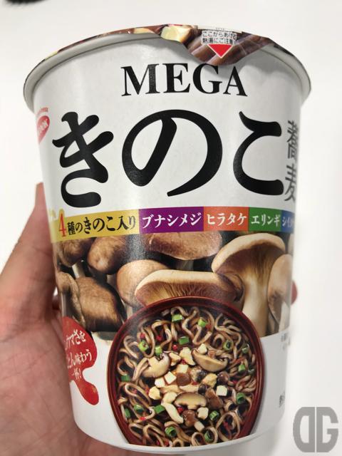 MEGAきのこ蕎麦(エースコック)はフタを開けると芳醇なきのこの香りに圧倒されること間違いなし!ダシも美味しいお蕎麦です♪