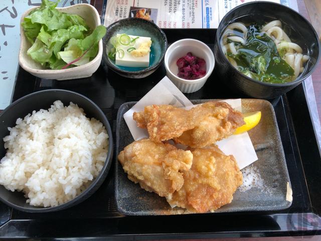 飯田橋あらたでから揚げ定食と讃岐うどんを同時にいただく。日本一旨いというから揚げはジューシー。うどんはツルシコでウマい!