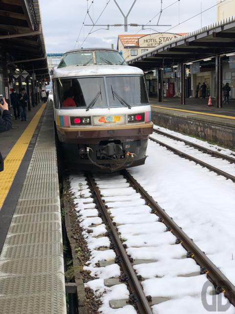 第41回つばめツアー485系NO.DO.KAでゆく BB.つばめ 開業12周年記念号の旅〜折り返り点鶴岡駅に到着。そこは雪積もる駅でした
