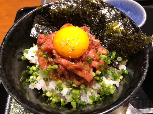 焼肉家KAZU(神楽坂)でローストビーフ丼をいただき疑問を感じる。これってホントにローストビーフ?