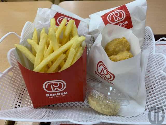 今回注文した品々の写真。カマンベールチーズバーガー、お好み焼きバーガー、フライドポテト、チキンナゲット